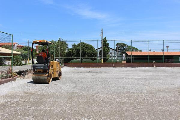 Construção de campo de futebol sintético